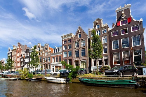 https%3A%2F%2Feditorial.blob.core.windows.net%2Fimages%2FMacroeconomics%2FCountries%2FEurope%2FEurozone countries%2FNetherlands%2Fcanal and row houses in historic part of amsterdam 39533894 Large
